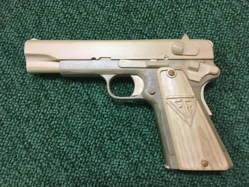 Pistolet VIS z drewna