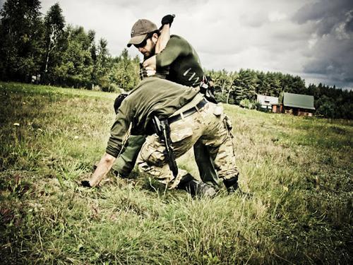 Założeniem podczas treningów jest przygotowanie na obronę nie tylko przed bronią palną, ale również białą oraz koniecznością zastosowania elementów samoobrony.